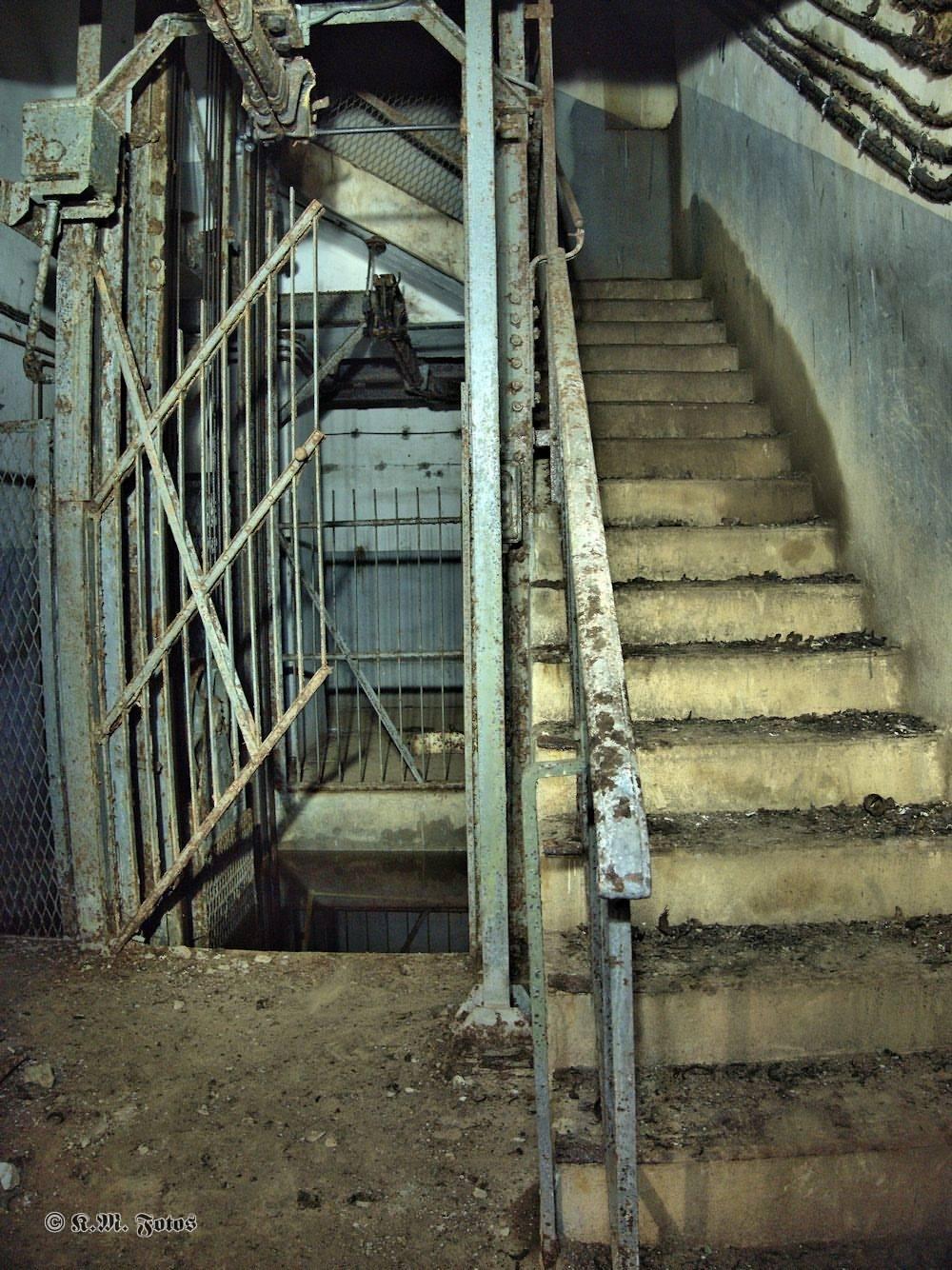 Treppenschacht mit Aufzug